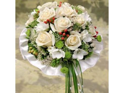 Букет невесты из 11 роз,фрезии,гиперикума,хризантем