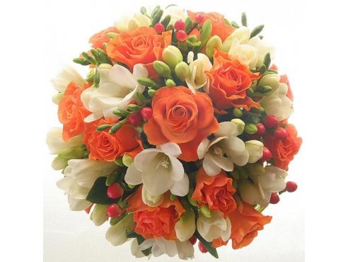 Букет невесты из 15 эквадорских роз с фрезией и гиперикумом