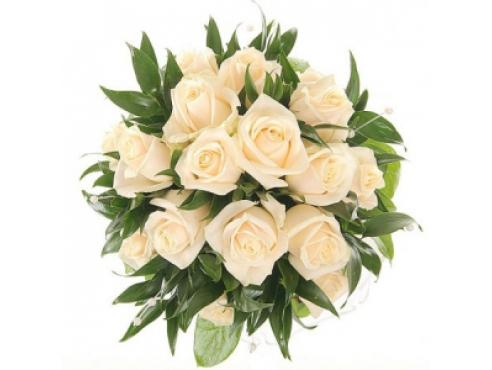 Букет невесты из 17 роз с зеленью.