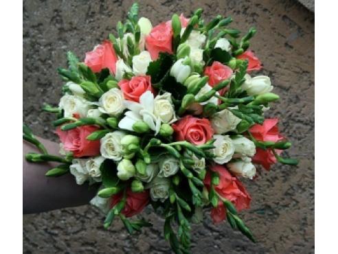 Букет невесты из 11 кенийских роз,кустовой розы и фрезией.