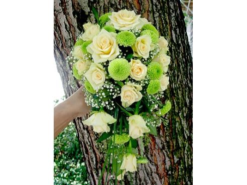 Букет невесты из 15 роз и хризантемы.