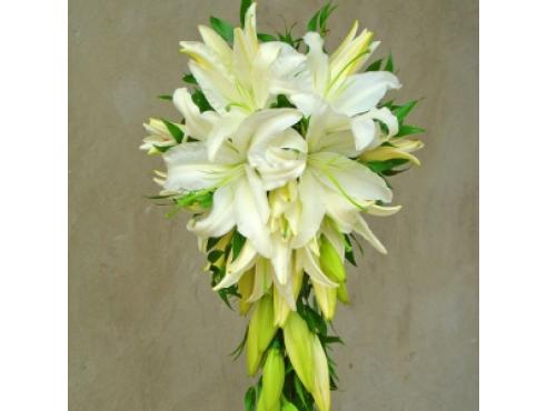 Букет невесты из лилий и рускуса.