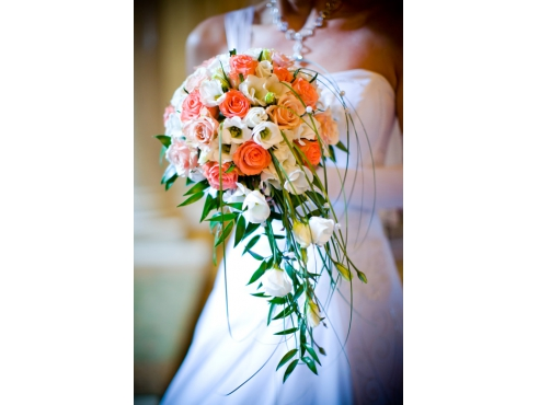 Букет невесты из 15 роз и эустомы