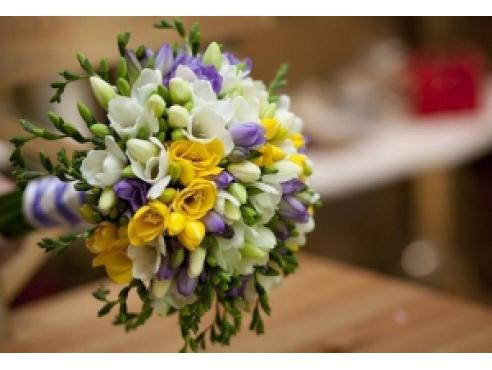 Букет невесты из 21 цветной фрезии с кустовыми розами