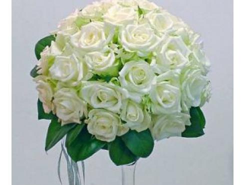 букет невесты из 25 роз и зелени