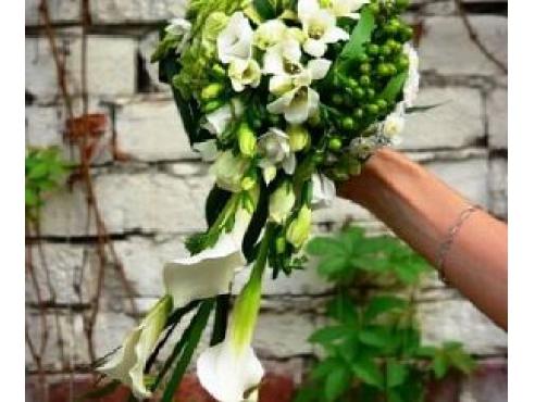 Букет невесты из 7 орхидей,калл,эустомы,гиперикума и зелени.