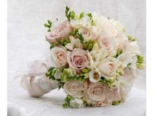 Букет невесты из 15 роз с фрезией.