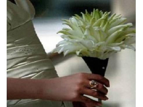 Букет невесты из лепестков белой лилии