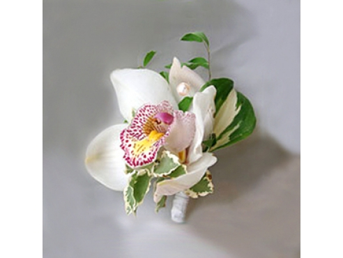 Бутоньерка жениха с орхидеей и хостой