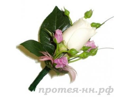Бутоньерка жениха с кустовой розой