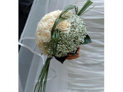 Букет невесты из роз с берграсом в портбукетнице
