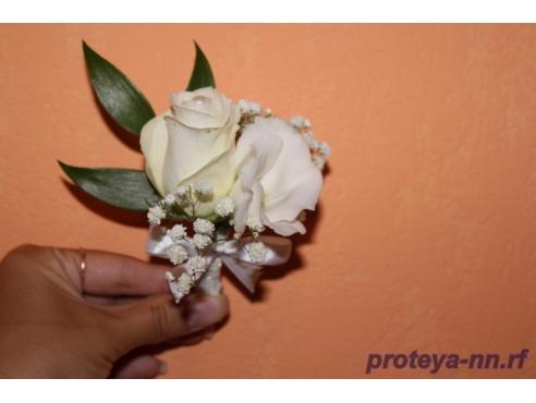 Бутоньерка жениха с розой и эустомой