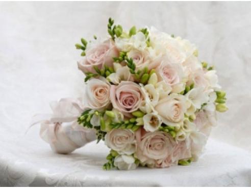 Букет невесты из фрезии и кустовыми розами