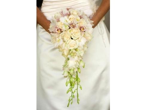 Букет невесты из орхидей с фаленопсисом в портбукетнице висячий