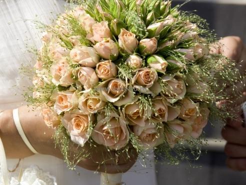 Букет невесты из кустовых роз в портбукетнице