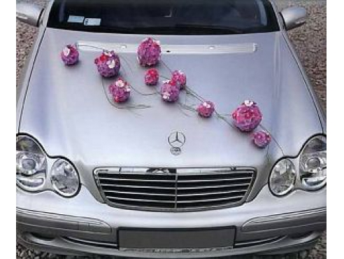 Свадебная композиция из цветочных шаров на капот авто