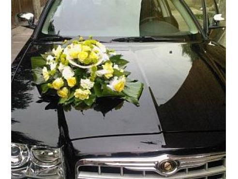 Свадебное украшение с розами на капот авто
