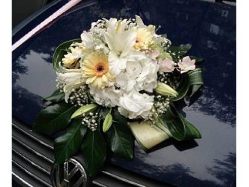 Свадебная композиция с герберами и лилией  на капот авто