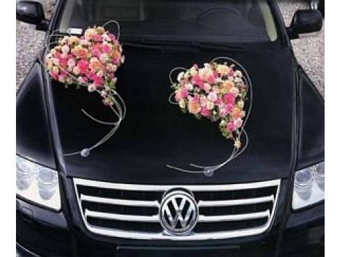 свадебная композиция с розами и хризантемой на капот авто