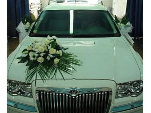 Свадебное украшение из роз на авто
