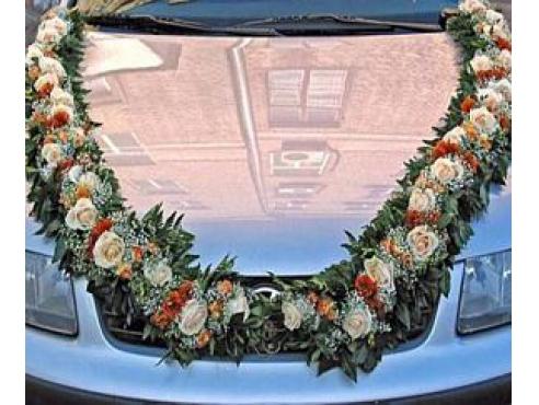 свадебное украшение из роз на капот авто