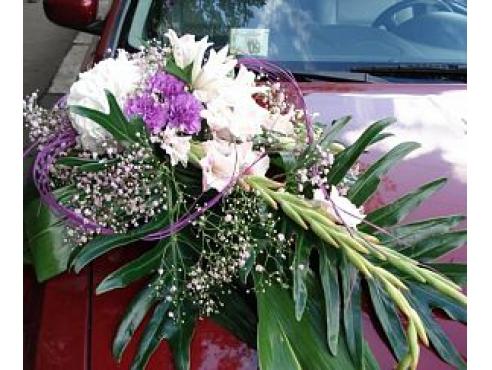 Свадебная композиция из гвоздики и гладиолуса на капот авто