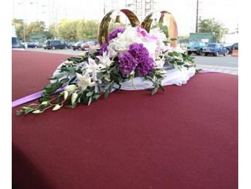 Свадебная композиция на крыше авто