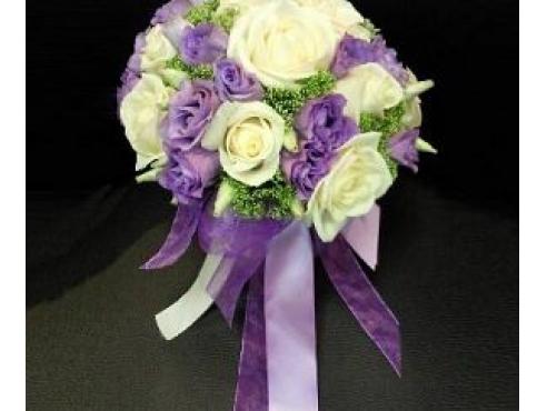 Букет невесты из роз с трахелиумом в портбукетнице