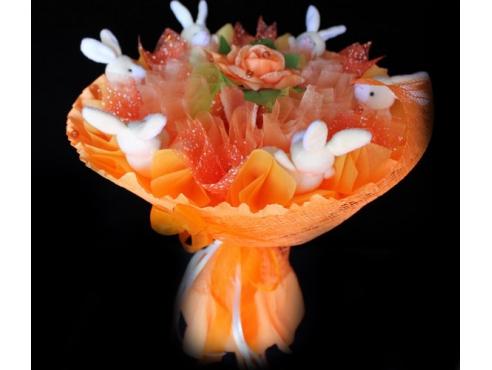 Букет из зайчиков с розой