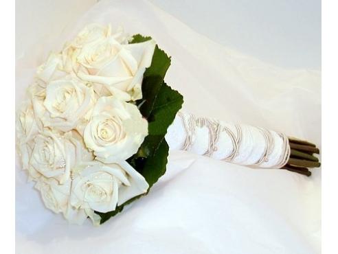 Букет невесты из роз с салалом