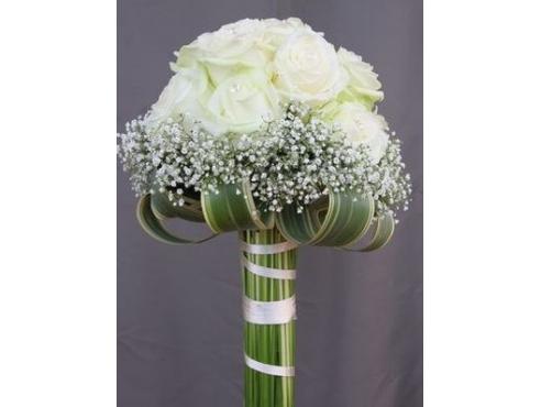 Букет невесты из роз с аспидистрой и гипсофилой