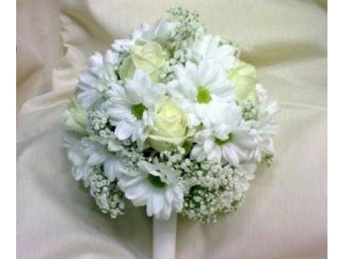 Букет невесты из российских роз и хризантем в портбукетнице