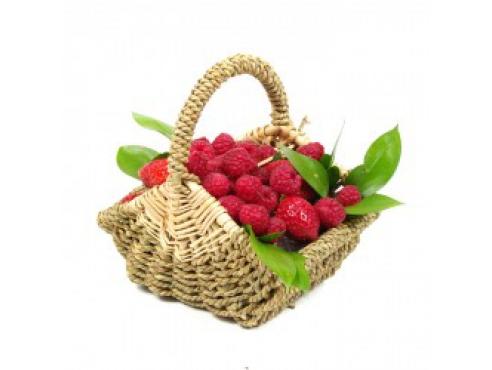 Праздничная корзиночка с малиной и клубникой