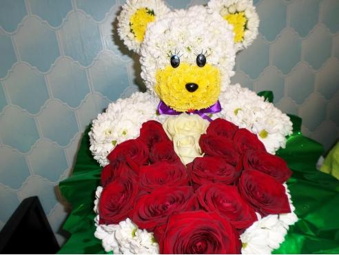 Мишка с розами в корзине..