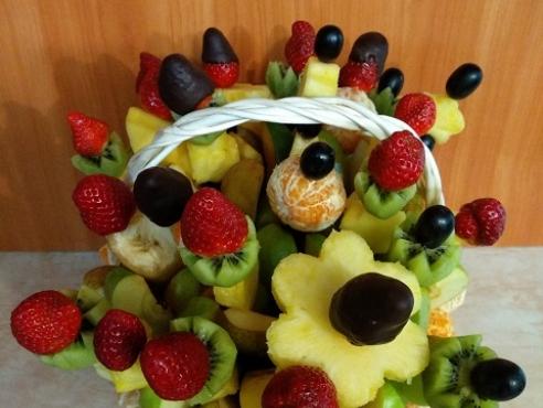 Фруктовая корзина с мандаринами и клубникой