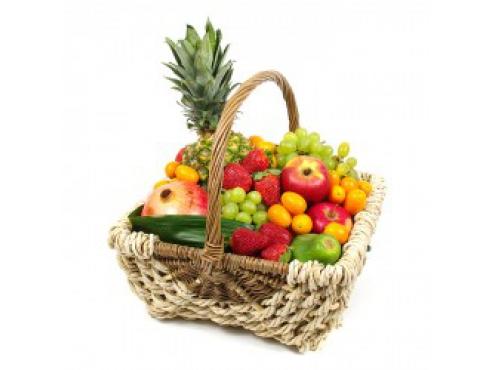 Большая фруктовая корзина с клубникой