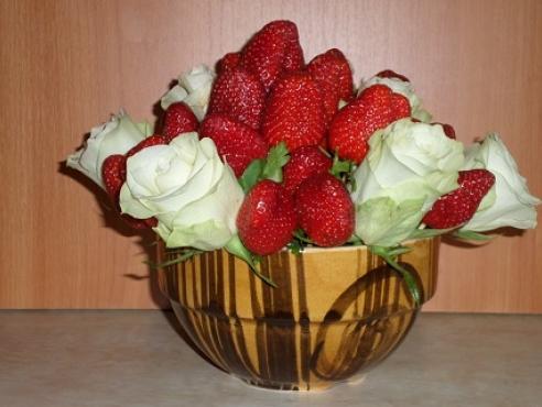 Клубника и свежие розы в керамике