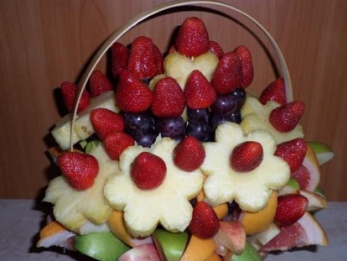 Фруктовая корзина с ананасами